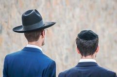Dwa Hasidim w tradycyjnym Żydowskim pióropuszu kapeluszu, kippah dorosły i Modlitwa Hasidim fotografia royalty free