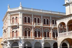 Dwa historycznego budynku w piazza delle Erbe w Padua lokalizowali w Veneto (Włochy) Obrazy Stock