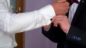 Dwa homoseksualista ubiera w górę ślubu przed Ubieraj?cy m??czyzna zdjęcie wideo