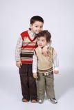 Dwa huging brata na jaskrawym tle Zdjęcie Royalty Free