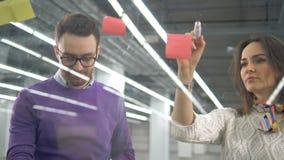 Dwa inżyniera opowiadają nad dołączać majcherów klingeryt deska zbiory wideo