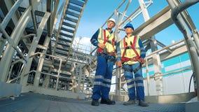Dwa inżynier dyskutuje nowego projekt z wielkim przemysłu tłem zbiory wideo