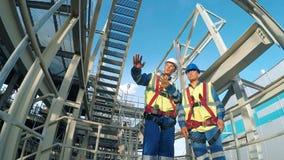 Dwa inżynier dyskutuje nowego projekt z wielkim przemysłu tłem zbiory