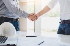 Dwa inżynier lub architekta spotkanie dla projekta, uścisk dłoni po c Obrazy Royalty Free