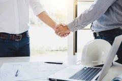 Dwa inżynier lub architekta spotkanie dla projekta, uścisk dłoni po c Obraz Stock
