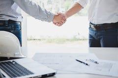 Dwa inżynier lub architekta spotkanie dla projekta, uścisk dłoni po c Zdjęcie Stock