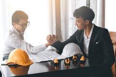 Dwa inżynier lub biznesmen angażują w ręki zapaśnictwie Fotografia Royalty Free