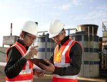 Dwa inżynier na lokaci miejsca disscution Fotografia Stock