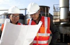 Dwa inżynier na lokaci miejsca disscution Obrazy Royalty Free