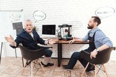 Dwa inżyniera pracują w nowożytnym laboratorium z 3d drukarką Konwersacyjne chmury nad ich głowami Fotografia Stock