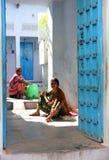 Dwa Indiańskiej kobiety pracują na zewnątrz jego do domu Obrazy Stock