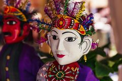 Dwa Indonezyjskiej lali z białymi i czerwonymi twarzami w tradycyjnych ludowych kostiumach zdjęcia stock