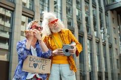 Dwa inspirowanego hipisa postępuje w ulicznym występie Obrazy Royalty Free