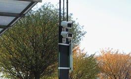 Dwa inwigilaci kamery przed hotelem zdjęcie royalty free