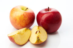 Dwa jabłka i dwa kawałka na bielu zdjęcie stock
