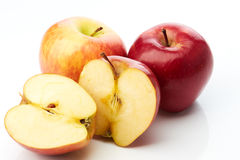 Dwa jabłka i dwa połówki Obrazy Royalty Free