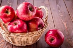 dwa jabłko czerwień koszykowa sukienna nożowa następna Fotografia Stock