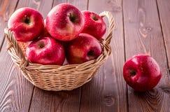dwa jabłko czerwień koszykowa sukienna nożowa następna Obrazy Stock