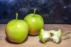Dwa jabłka na cutboard obraz royalty free