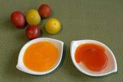 Dwa jajecznego yolks - pomarańcze i czerwień, Fotografia Stock
