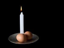 Dwa jajka i świeczka, obrzezanie ceremonii symbole Czerń plecy zdjęcia stock