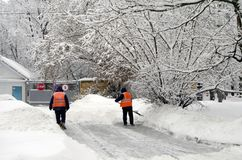 Dwa janitors czyścą śnieg po opadu śniegu w Moskwa Russia 04 2018 Luty Zdjęcia Stock