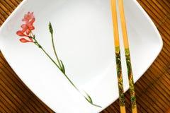 Japońscy kotlecików kije, talerz na bambusie i Zdjęcia Royalty Free