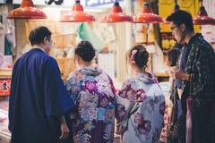 Dwa japońskiej pary w tradycyjnym kimonie przy Omicho Ichiba rynkiem, Kanazawa, Japonia obraz stock