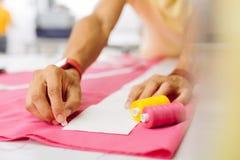 Dwa jaskrawej bobiny na różowych tkaniny i krawczyny rysunku liniach obrazy stock
