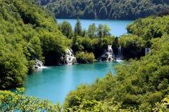 Dwa jeziora łączyli z małymi siklawami w Plitvice jezior parku narodowym Fotografia Stock