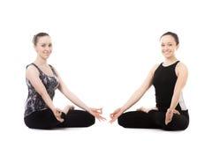 Dwa jog kobiety partnera w joga Lotosowej pozie Zdjęcie Stock