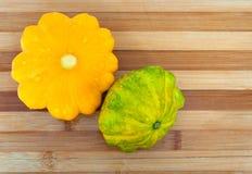 Dwa kabaczka zieleń na drewnianym tle i pomarańcze Fotografia Royalty Free