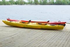 Dwa kajak łodzi na drewnianym pokładzie przy stacyjną pobliską wodą Obrazy Royalty Free