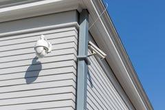 Dwa kamera bezpieczeństwa na lokacji w Nowożytnego budynku inwigilacji wideo kamerze ogląda zdjęcia royalty free