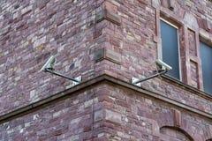 Dwa kamery bezpieczeństwa na ściana z cegieł kąta ochrony zmianie Archit Zdjęcia Royalty Free