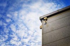 Dwa kamery bezpieczeństwa na stronie nowożytny budynek Zdjęcie Stock