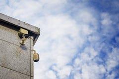 Dwa kamery bezpieczeństwa na stronie nowożytny budynek Zdjęcia Royalty Free