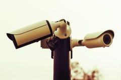 Dwa kamery bezpieczeństwa przeciw nieba zakończeniu up Fotografia Stock