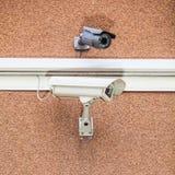 Dwa kamery bezpieczeństwa na cegle Fotografia Stock