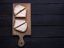 Dwa kanapki na tnącej desce Obrazy Royalty Free
