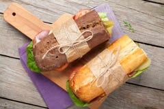 Dwa kanapki z sałatką, baleronem, serem i pomidorami, obrazy stock