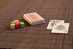 Dwa karty blisko pokładu z dices Obraz Stock