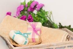 Dwa kawałka mydło z koszem z łęki, kwiaty i ręcznik, Fotografia Royalty Free