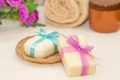Dwa kawałka mydło z koszem z łęki, kwiaty, ręcznik a Obraz Royalty Free