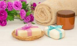 Dwa kawałka mydło z koszem z łęki, kwiaty, ręcznik a Obrazy Royalty Free