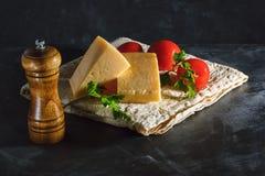 Dwa kawałka ser, pietruszka i pomidory, w Armeńskim pita fotografia royalty free