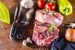 Dwa kawałka surowego wołowina giczoła i podstawowych składniki na goulash - oni Obraz Stock