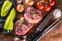 Dwa kawałka surowego wołowina giczoła i podstawowych składniki na goulash - oni Zdjęcia Stock