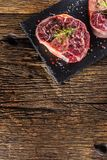 Dwa kawałka surowego wołowina giczoła na łupek desce i drewnianym stole Obraz Royalty Free