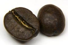 Dwa kawowej fasoli odizolowywającej na bielu zdjęcia stock